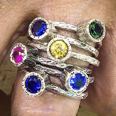 Anelli in argento battuto 925 con pietre colorate