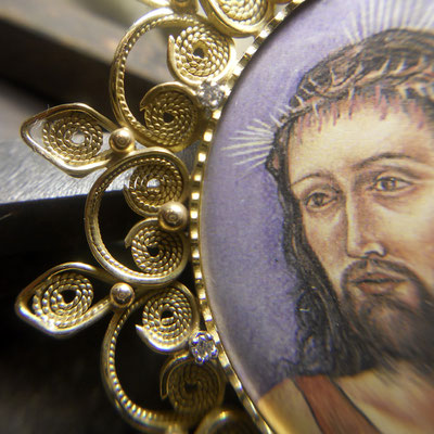 Medaglione sacro in oro 18 kt e diamanti