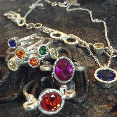 Linea anelli, collane e bracciali in argento battuto 925 con pietre colorate