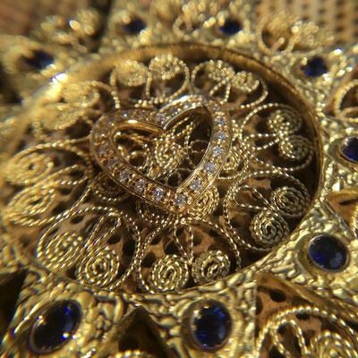 Presentosa in oro 18 kt zaffiri e diamanti