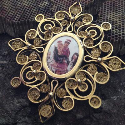 Medaglia battesimale in oro 18 kt e ceramica dipinta