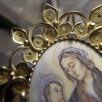 Medaglione Madonna con Bambino in oro 18 kt e diamanti