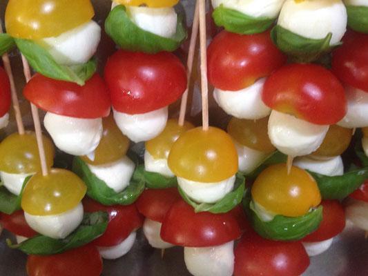 Tomaten-Mozzarellabällchen, italienisches Buffet