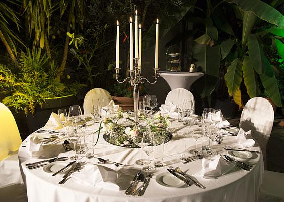 Hochzeitstafel mit Kerzenständer, Palmenhaus München, Catering für Hochzeiten