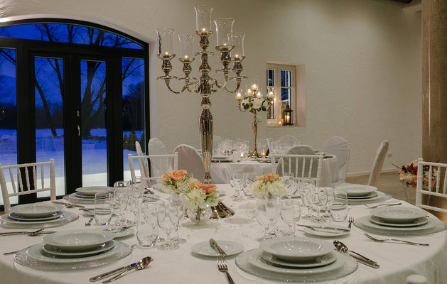 Festlich gedeckter Tisch für ein Hochzeitscatering in der Kaltmühle