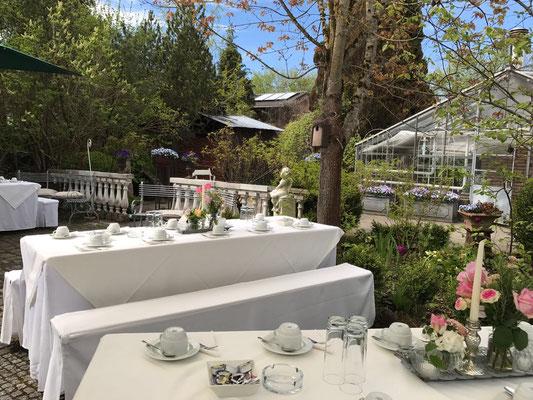 Kaffeetafel mit Biertischen und Bierbankhussen, schön gedeckt für eine Hochzeit