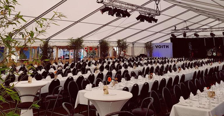 Catering für 350 Personen im Zelt mit Stuhlreihen und Polserstühlen