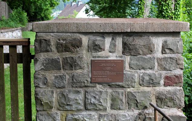 Infotafel am Eingangstor des Jüdischen Friedhofs in Attendorn.