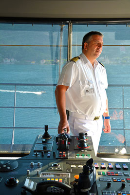 Kapitän Dimitris Papatsadsis auf der Brücke
