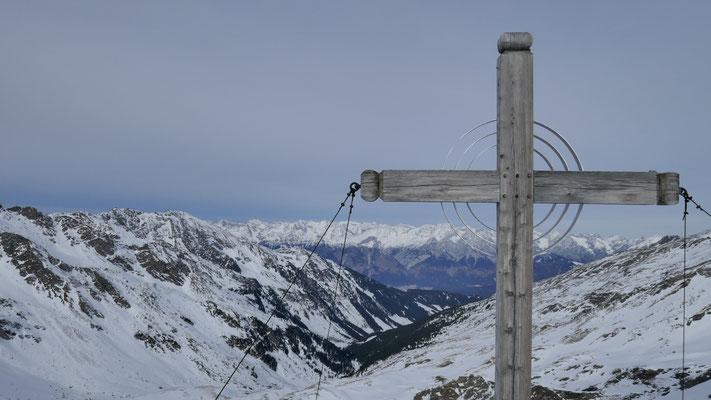 und Gipfelkreuz #2; Voldertal noch nicht angespurt