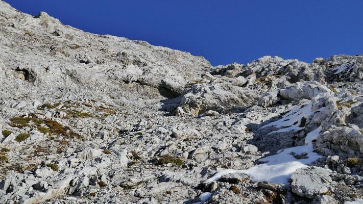 Gerade über die Schrofen rauf, der Steig weiter rechts unter Schnee