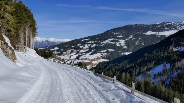 Weerberg apert schon aus, weiter unten am Forstweg auch schon sehr, sehr dünn mit Schnee