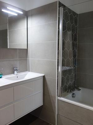 Décoration d'une salle de bains avec une baignoire