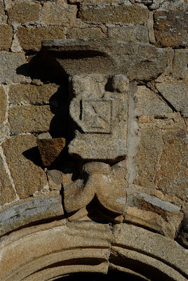Blason des Sauvaget : « de gueule à la croix pattée et alézée d'argent » - Détail de la porte principale