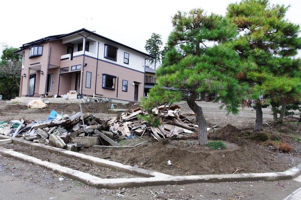 ブロック塀が倒壊し、家屋の地盤がえぐられました
