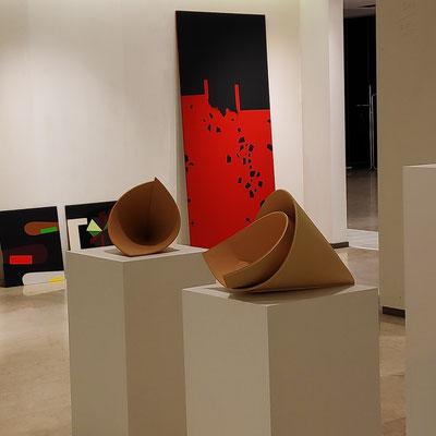 im Vordergrund: Keramikskulptur von Rita Ternes