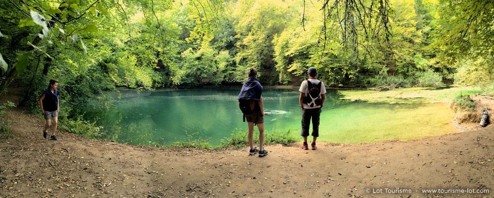 Randonneurs le long de la résurgence Saint sauveur dans la vallée de la Dordogne