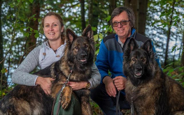 Stone und Cyan Blue mit ihrer Familie
