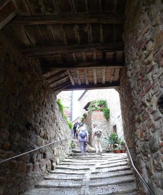 Chiusdino, Aufstieg zur Taufkirche von San Galgano