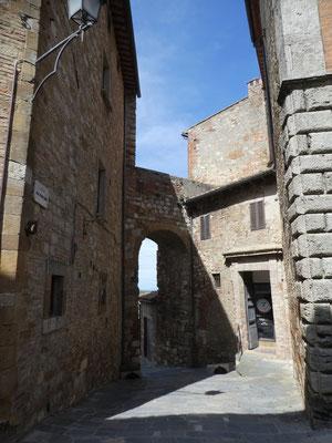 Stadttor zwischen Palazzo Aragazzi Benincasa und dem Hotel Bellavista