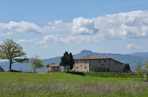 Ehemaliger Bauernhof, im Hintergrund der Turm der Wehranlage Radicofani