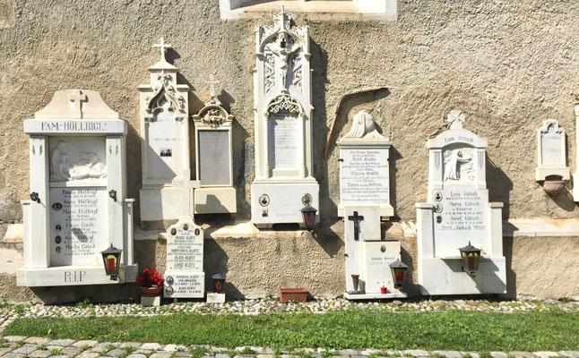 Friedhofsdenkmäler der Dorfprominenz