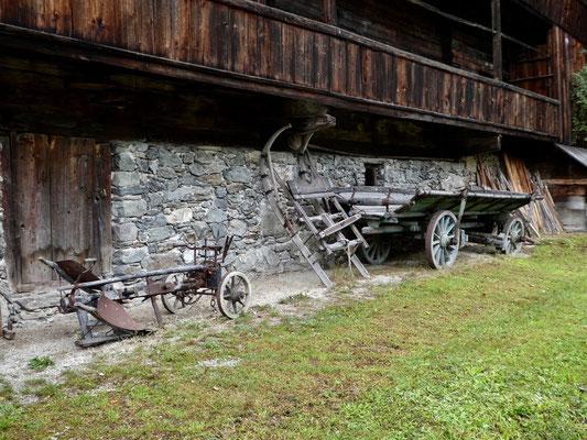 Ackergeräte und Wagen aus vergangenen Zeiten