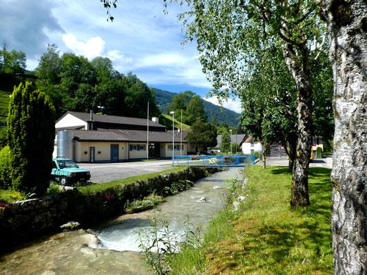 Dorf Vermes, Schulhaus und Parkplatz