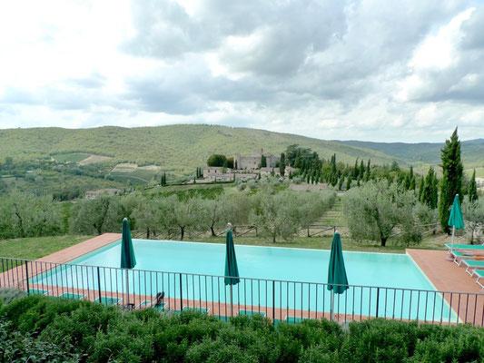 Ferienanlage mit Blick auf das Castello di Meleto