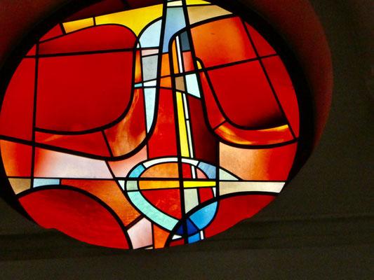 Schönes Fenster im Chor der Kirche