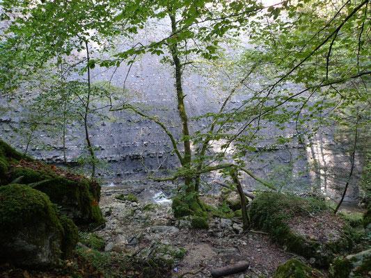 Im Chastelbachtal, auch hier die geologischen Schichten