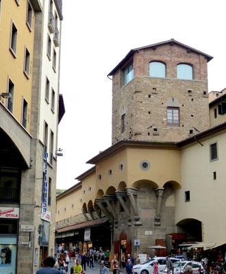 Die Verbindung zwischen Uffizien und Palazzo Pitti geht hier um den Turm herum