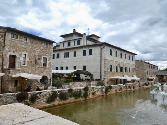 Bagno Vignoni mit vielen neuen Restaurants