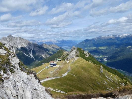 Blick auf die Sennjoch-Hütte und in der Mitte das Kreuzjoch