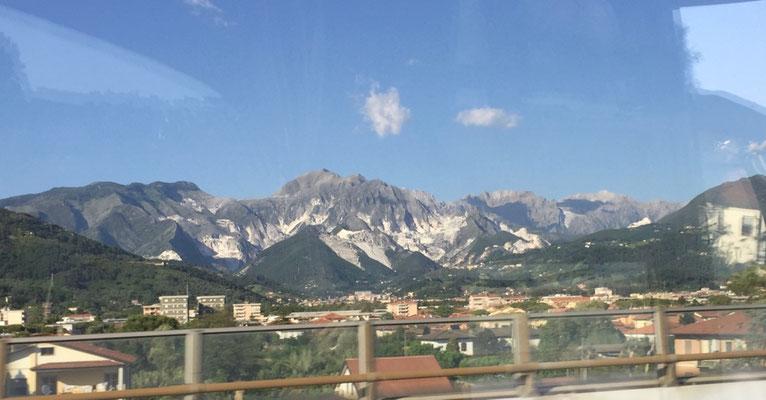 Auf der Rückfahrt sehem wir die Berge von Carrara, die wir Gestern nicht sehen konnten