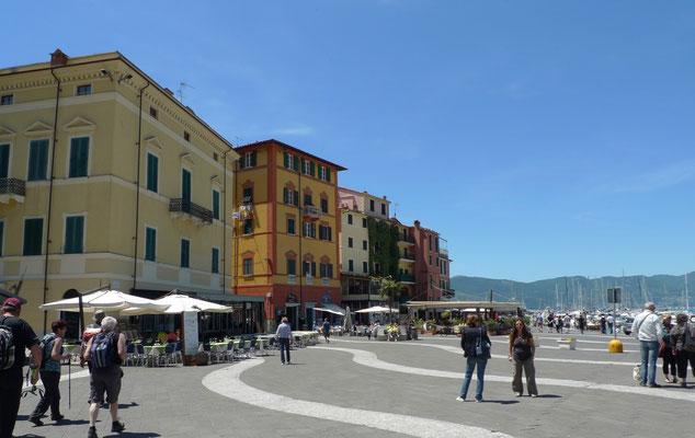schöne Piazza am Hafen