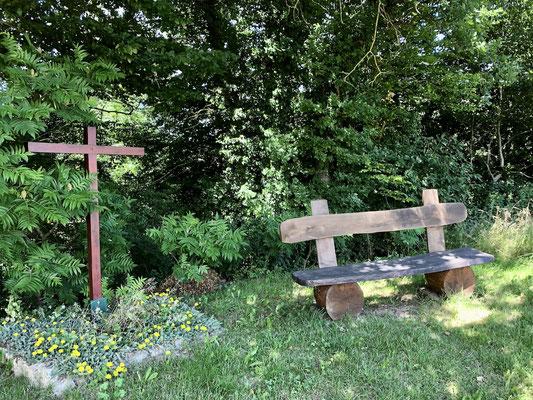 Kreuz mit Bank zur stillen Einkehr