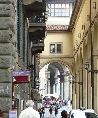 Rechts die Verbindung von der Ponte Vecchio zu den Uffizien