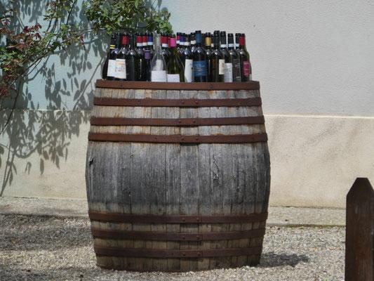ausgedientes Holzfass mit leeren Weinflaschen