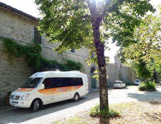 Unser Bus bei San Giusto a Tentennano