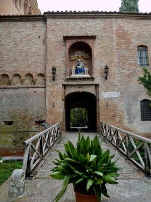 Eingang zur Klosteranlage mit Ziehbrücke