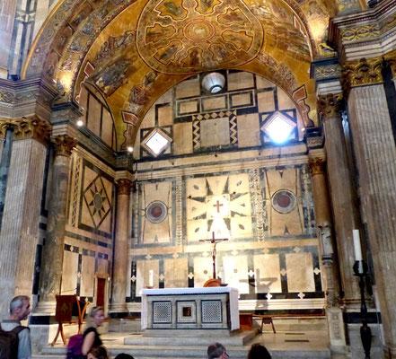 Apsis mit Altar der Taufkirche
