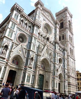 Westfassade mit Glockenturm der Kathedrale Santa Maria del Fiore