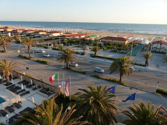 Blick aus dem Hotelzimmer auf den Strand