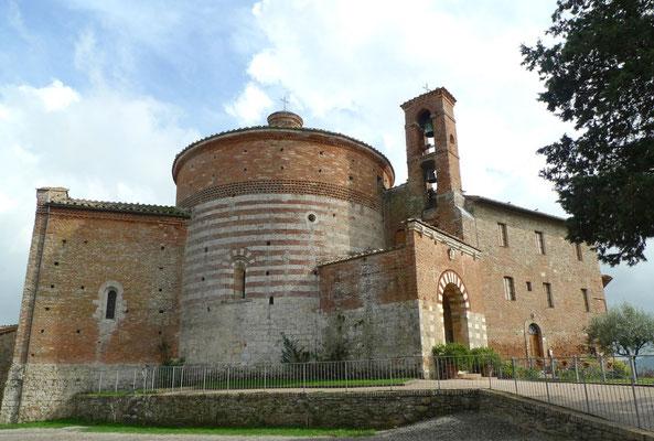 Rundkirche von Montesiepi, links die angebaute Kapelle und recht das Klostergebäude