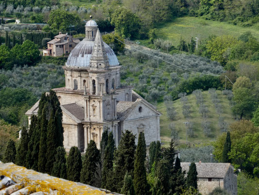 Blick zur Kirche Madonna di San Biagio unterhalb der Stadt