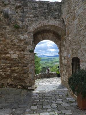 Blick durch das Tor zum Monte Amiata