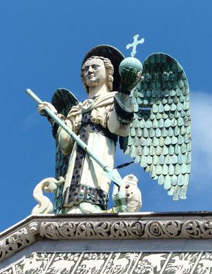 Erzengel Michael zu Oberst auf der Fassade