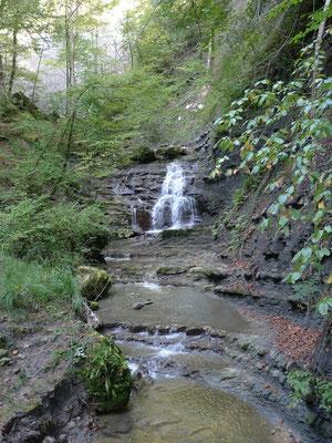 Im Chastelbachtal, man sieht die geologischen Schichten