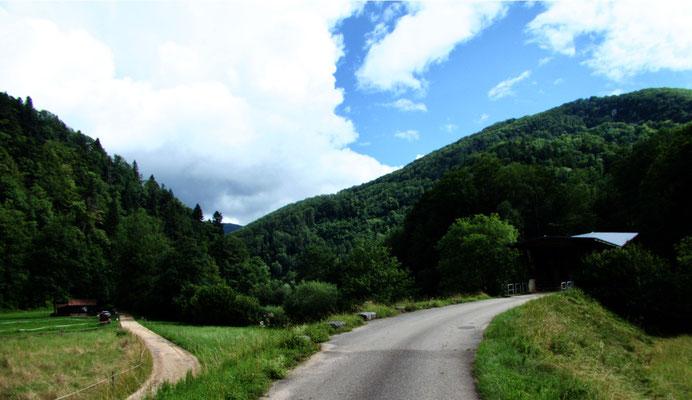 Weg zur nächsten Brücke unterhalb von Montmelon